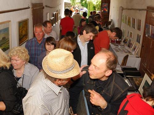 Steffen Gröbner (vorn rechts) im Gespräch mit Kunstfreunden